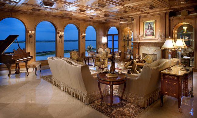 Шикарный кессонный потолок из дерева станет главным украшением интерьера комнаты