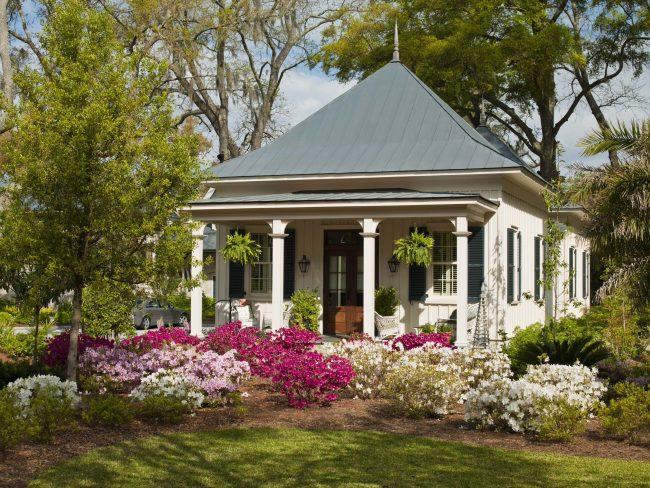 Красивый маленький дом с уютной террасой