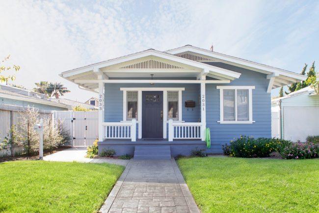 Классический маленький дом с двускатной крышей