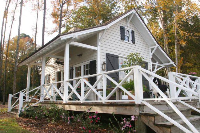 Красивый маленький дом с навесом в белом цвете