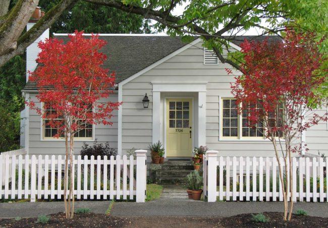 Чтобы дом не казался слишком маленьким, отделку лучше выбрать в светлых тонах
