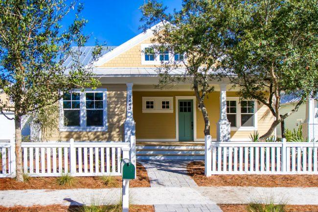 Прекрасный дом классического стиля в кремовом цвете
