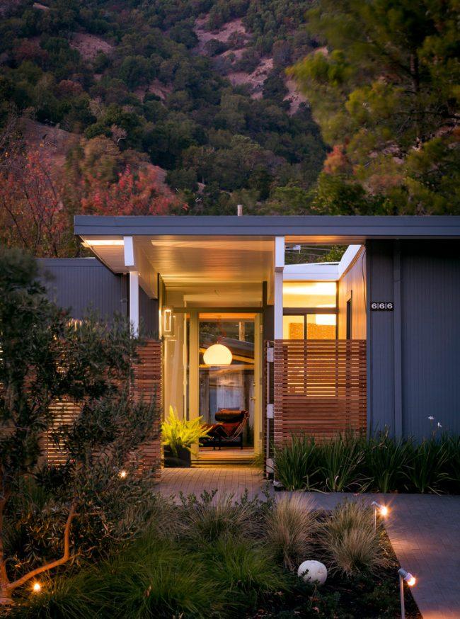 Небольшой дом в современном стиле с уютной верандой открытого типа