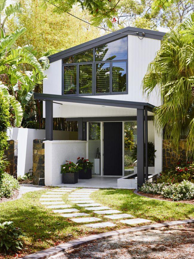 Маленькие дома для постоянного проживания: двухэтажный стильный частный дом маленьких размеров