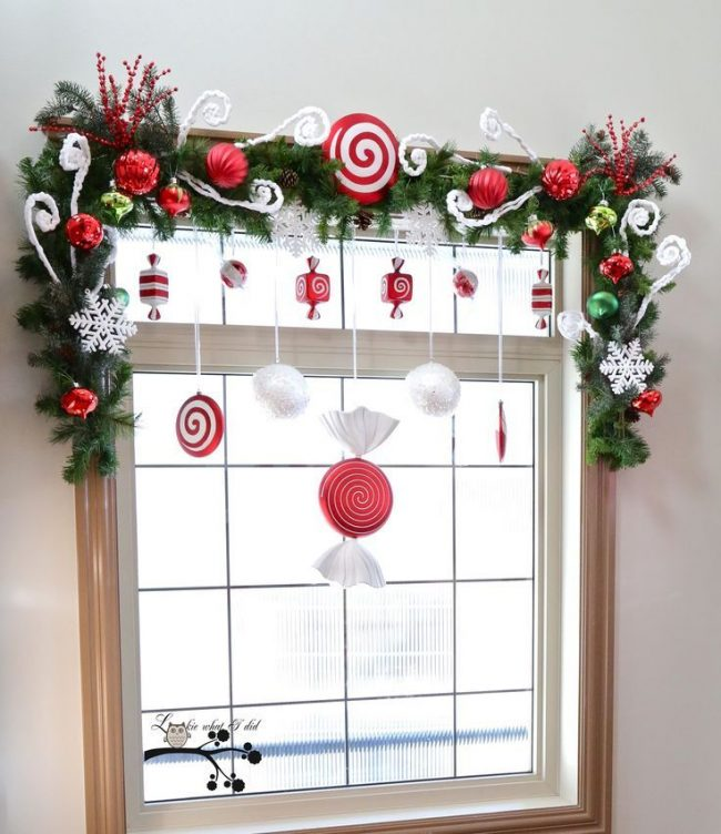 Если в офисе нет елки, можно красиво украсить окна
