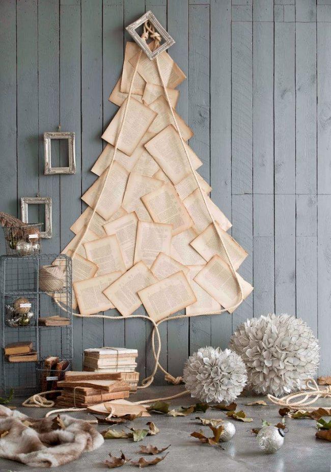 Новогодняя елка из книжных листов, закрепленных на стене