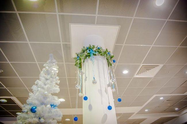 Новогоднее украшение на колонне