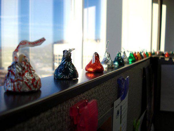 Разноцветные конфеты с пожеланиями могут тоже украсить офис