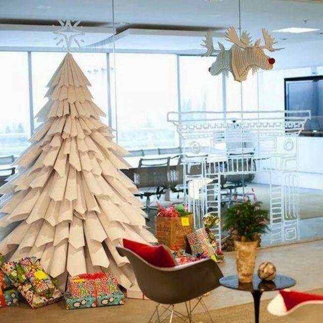 Большая бумажная елка даже без игрушек станет оригинальным украшением офиса