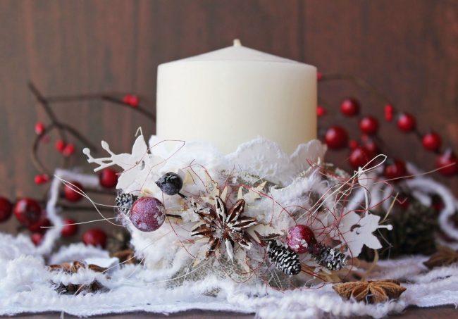 Большая свеча с новогодним украшение