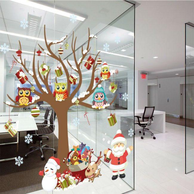 Новогодний рисунок на стеклянной стене офиса