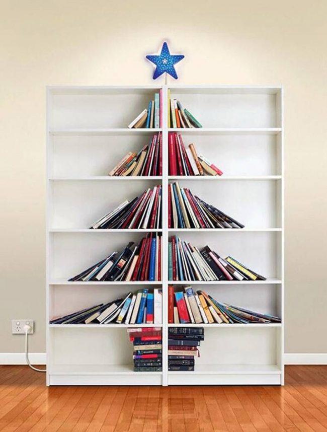 Книжная полка преобразованная в новогоднюю ель