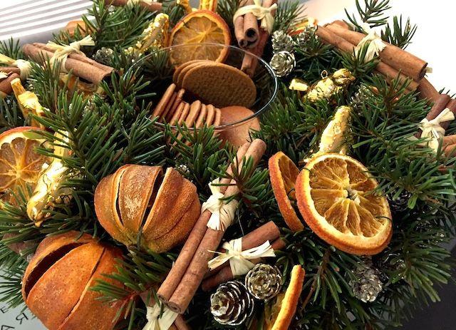 Красивый и аппетитный новогодний венок с пряностями и печеньем украсит кухню в офисе