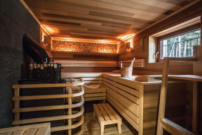Уютная баня с дровяной печью