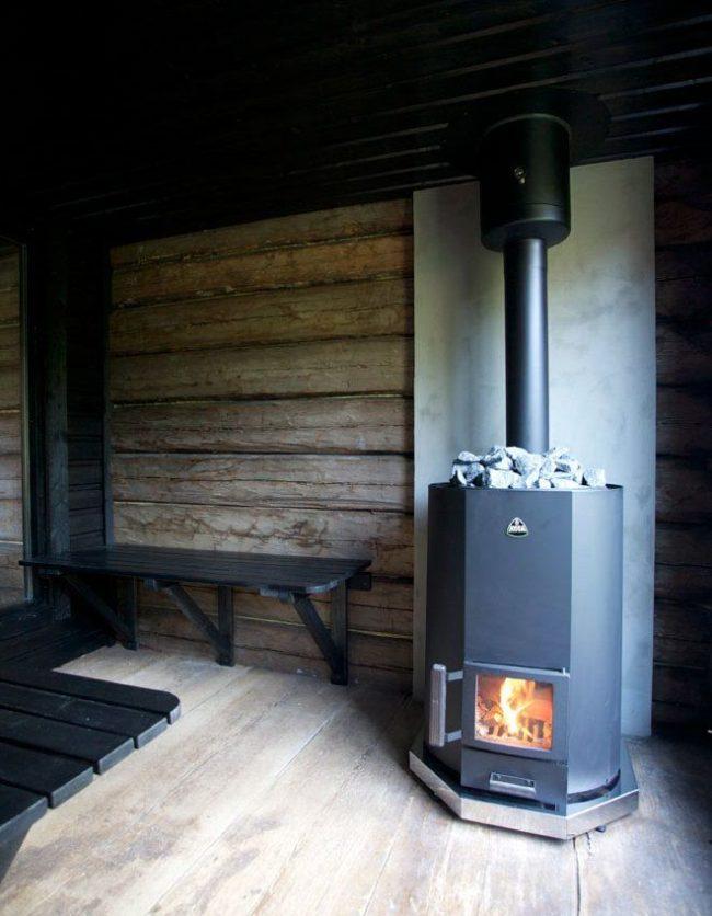 Баня с металлической дровяной печью с дымоходом