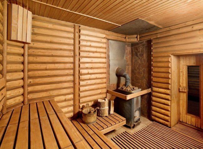 Просторная парилка русской бани с дровяной печью