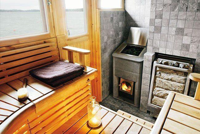 Печь-камянка в небольшой сауне с окнами