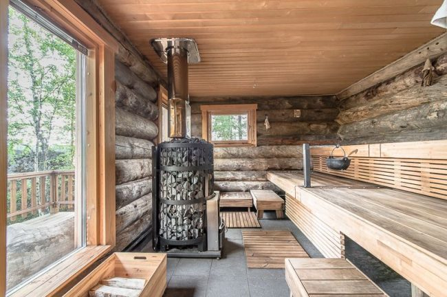 Роскошная большая парилка бани с панорамными окнами и печью-камянкой с дымоходом