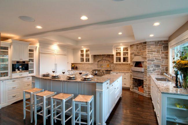 Комфортная и очень просторная кухня в светлых тонах