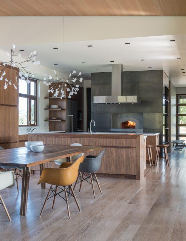 Голландка в интерьере шикарной кухни в стиле модерн