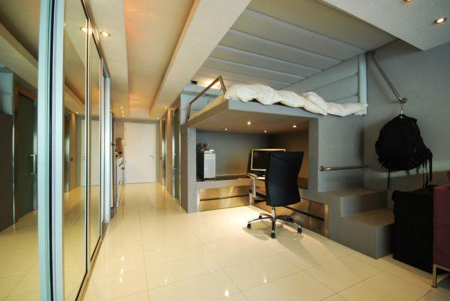 Кровать-чердак с рабочей зоной в современном стиле