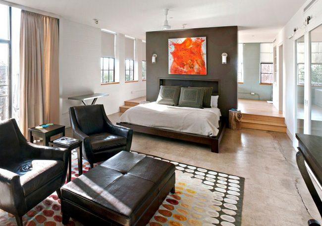 Разноуровневые полы для отделения спальной зоны от гостиной