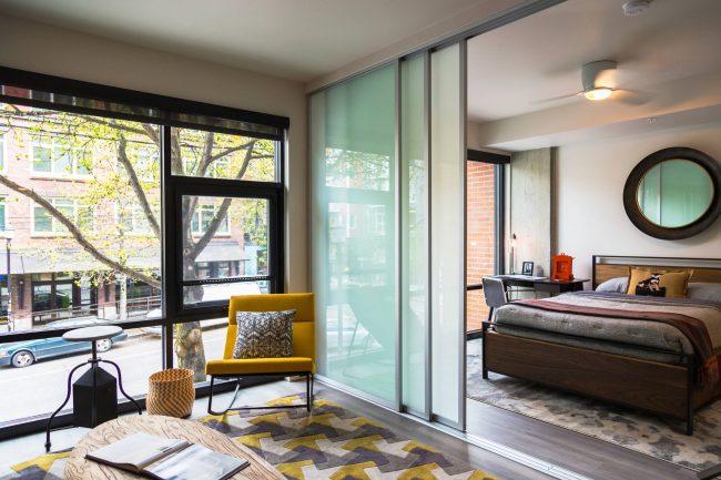 Раздвижные системы для разделения зон в однокомнатной квартире