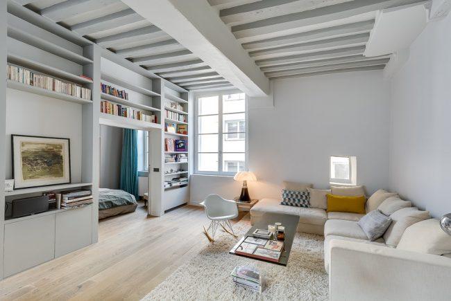 Деревянные балки в отделке потолка однокомнатной квартиры
