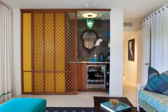 Миниатюрная кухня, расположенная в нише, поможет сэкономить пространство