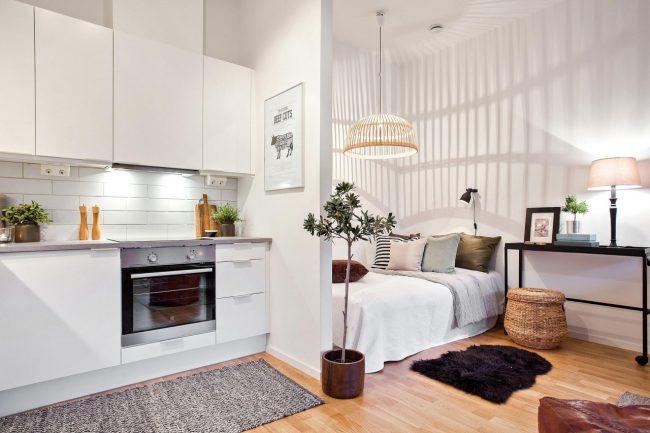 Разместив кухню и спальню в одной комнате, можно освободить отдельное помещение для гостиной или детской
