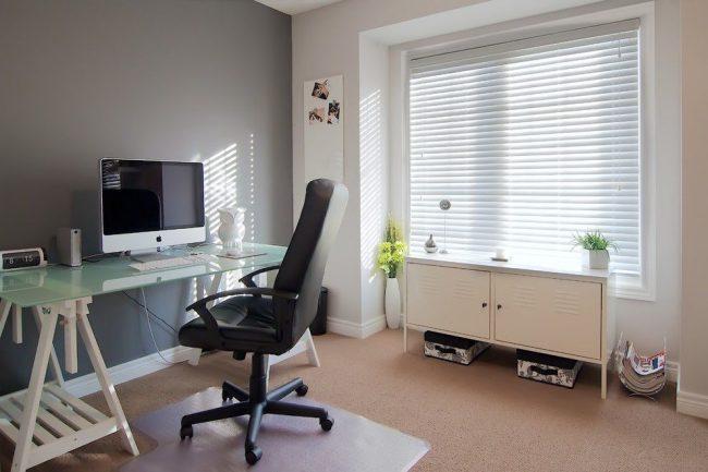 Письменный стол IKEA со столешницей из матового стекла