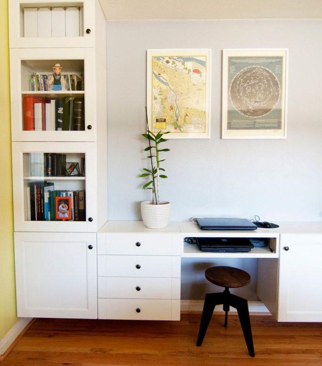 Письменный стол, объединенный со стеллажом от IKEA