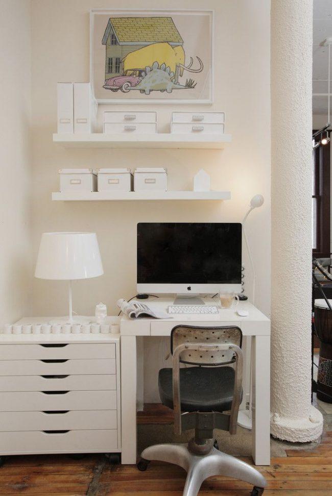 Маленький письменный стол IKEA белого цвета