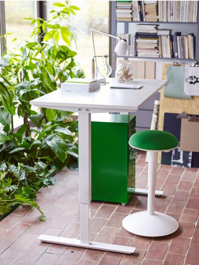 Небольшой письменный стол от IKEA