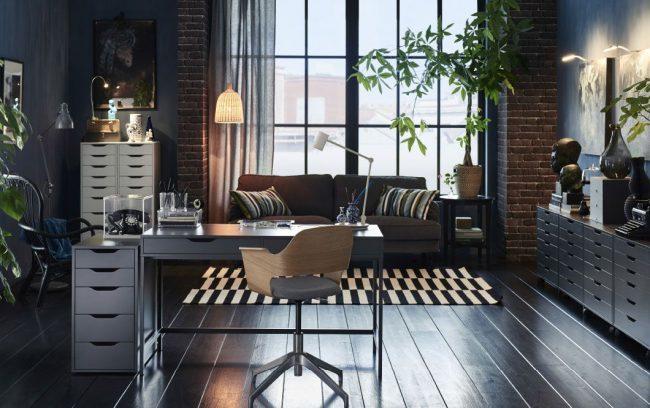 Стильный письменный стол серого цвета от IKEA в интерьере стиля лофт
