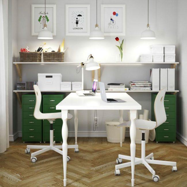 Письменный стол IKEA с фигурными ножками подойдет и для классики и современного интерьера