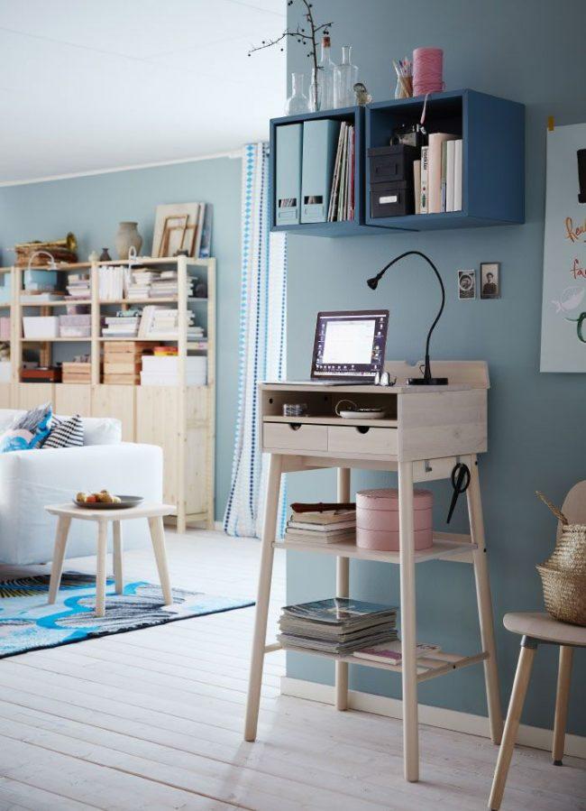 Необычный письменный столик на высоких ножках от IKEA