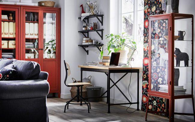 Письменный стол от IKEA с металлическим каркасом