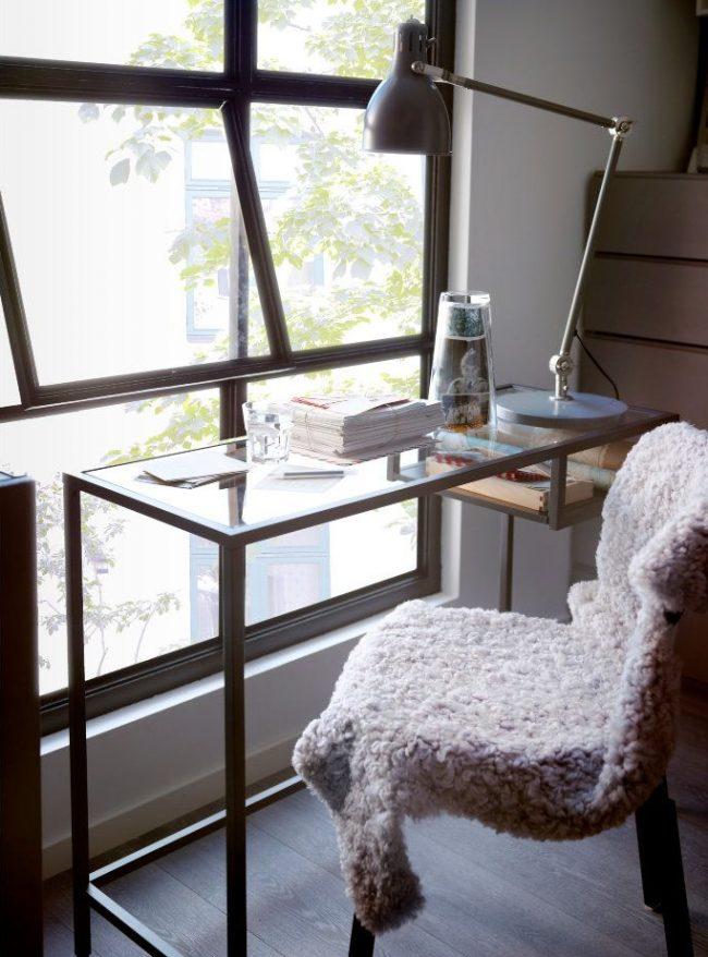 Письменный стол IKEA со стеклянной столешницей