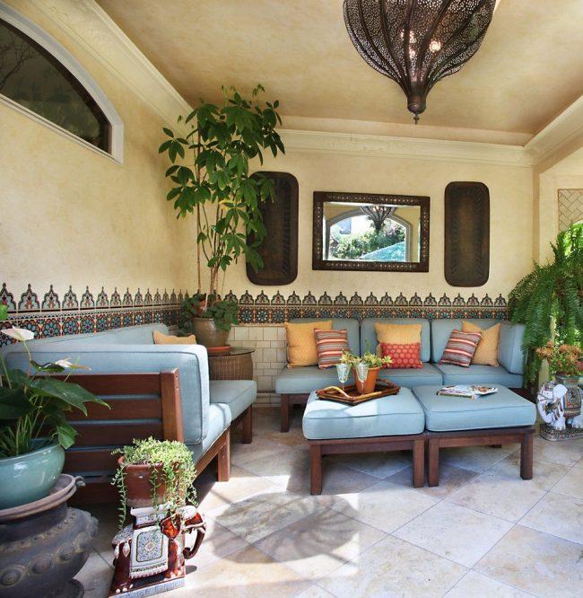 Марокканская плитка хорошо подходит и для оформления веранд в восточном стиле