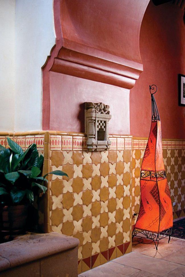 Бежево-молочная керамическая плитка хорошо смотрится с бордовыми стенами