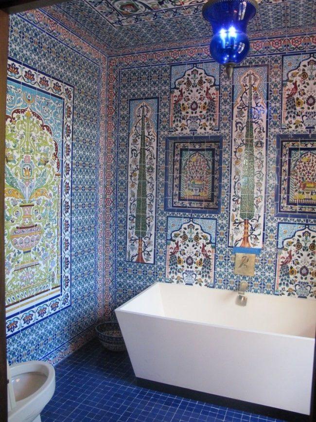 Ванная комната в восточном стиле с яркой и цветной марокканской плиткой