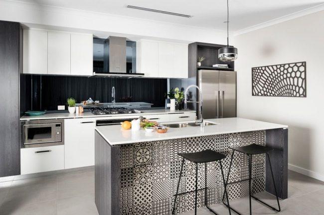 Современная кухня с островом оформленным с помощью плитки в марокканском стиле