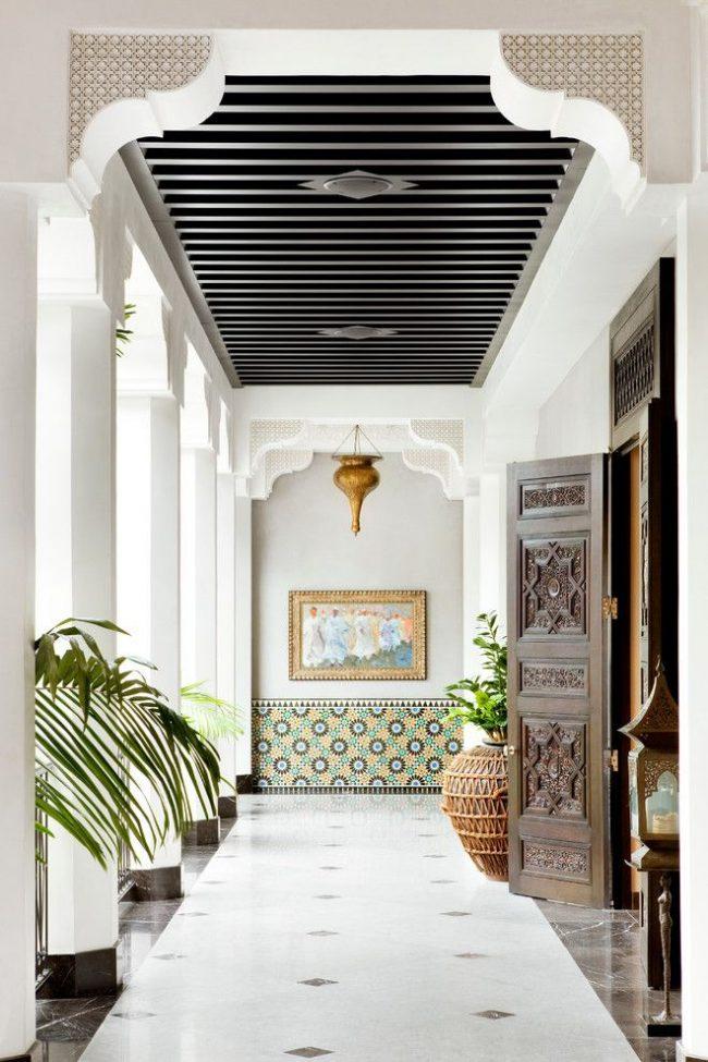 Марокканская плитка в оформлении холла в восточном стиле