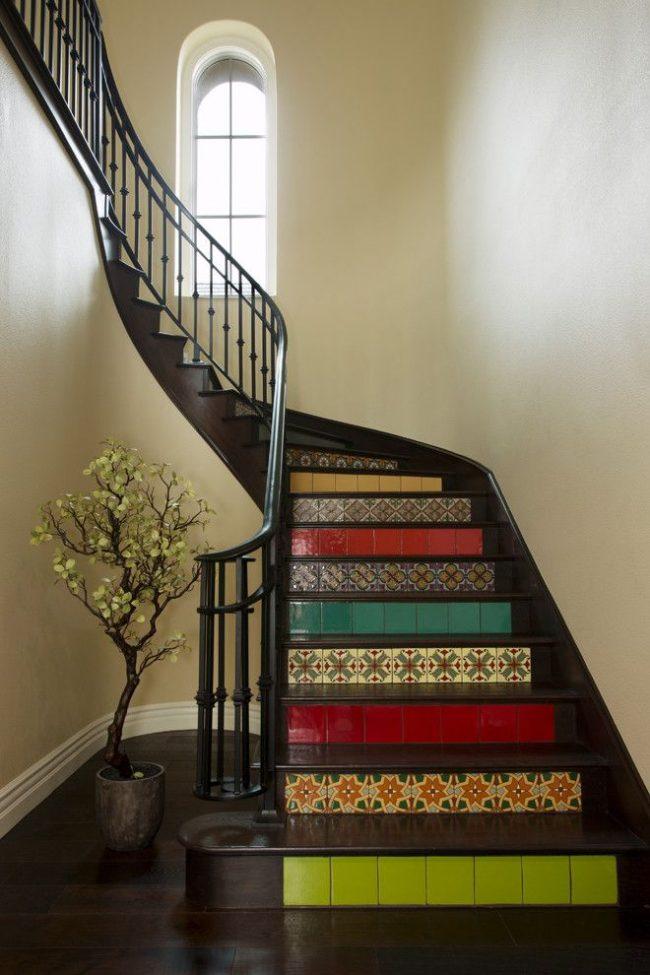 Яркая керамическая плитка с восточным рисунком интересно украшает ступеньки лестницы