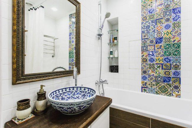 Панно из красивой керамической плитки в марокканском стиле в небольшой ванной комнате