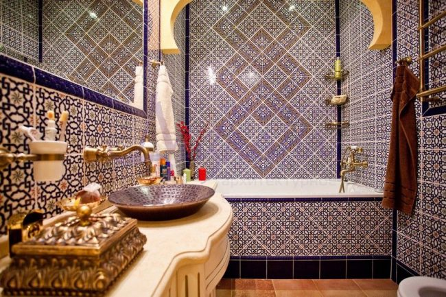 Ванная комната с керамической плиткой в марокканском стиле