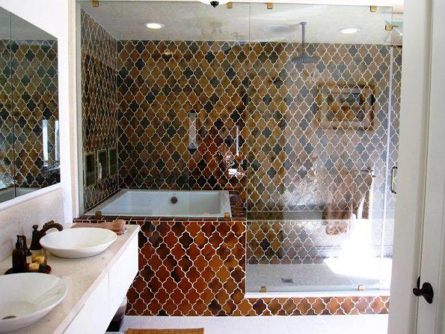Бело-коричневое сочетание в ванной в марокканском стиле