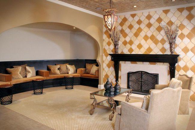 Крупная мозаика из керамической плитки в гостиной
