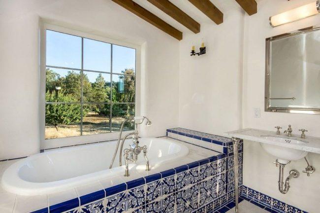 Ванная комната в средиземноморском стиле с бело-синей керамической плиткой